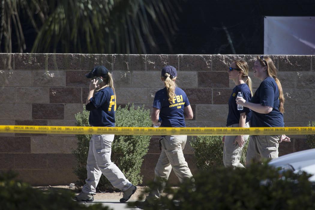 Una persona con el equipo de respuesta a la evidencia del FBI en la escena del tiroteo en masa de la noche del domingo en Las Vegas cerca del hotel casino de Mandalay Bay, miércoles, 4 de octubre ...