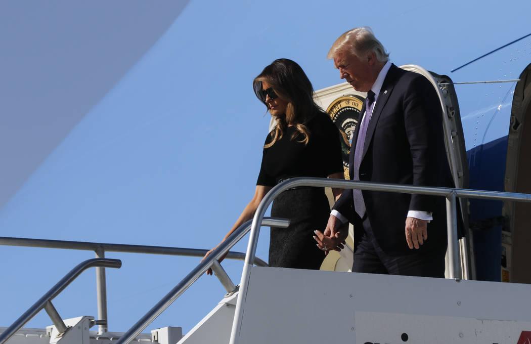 El presidente Donald Trump llega con la primera dama Melania Trump en el aeropuerto internacional de McCarran en Las Vegas el miércoles, 4 de octubre de 2017. Un pistolero abrió fuego contra los ...