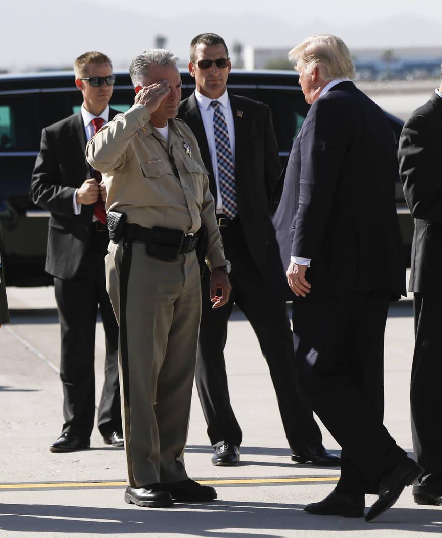 El alguacil del condado de Clark, Joe Lombardo, saluda a la llegada del presidente Donald Trump al aeropuerto internacional de McCarran en Las Vegas el miércoles 4 de octubre de 2017. Un hombre a ...