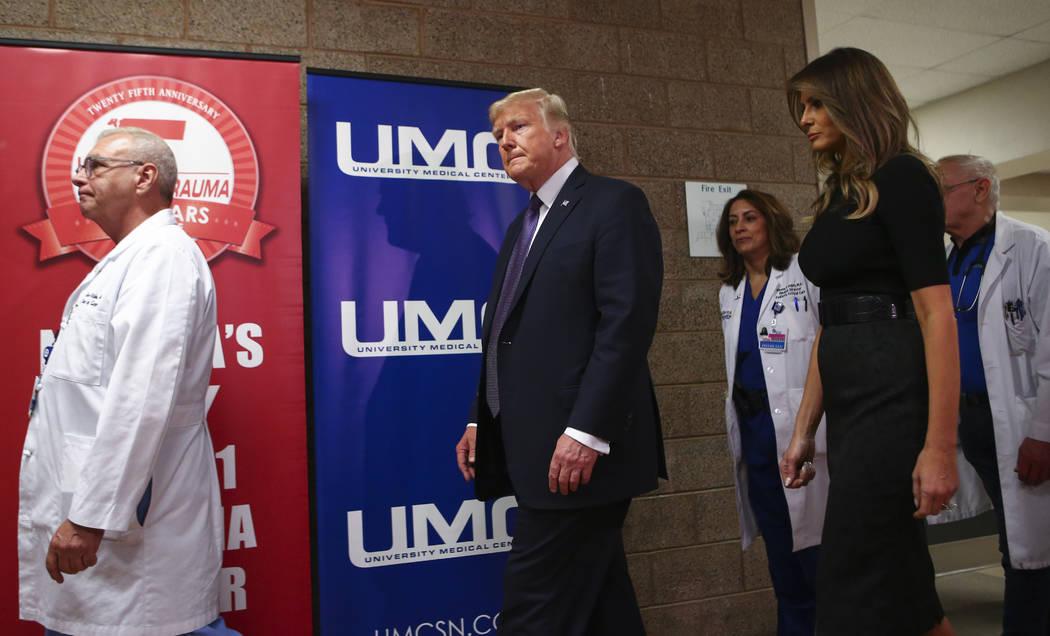 El presidente Donald Trump y la primera dama Melania Trump junto al médico John Fildes, a la izquierda, después de visitar a las víctimas en el Centro Médico Universitario en Las Vegas el mié ...