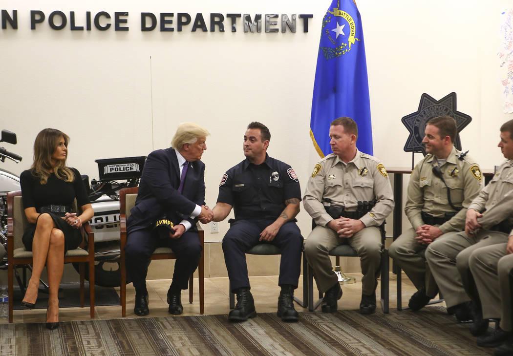 El presidente Donald Trump y la primera dama Melania Trump visitaron a los primeros en responder en la sede del Departamento de Policía Metropolitana en Las Vegas el miércoles 4 de octubre de 20 ...