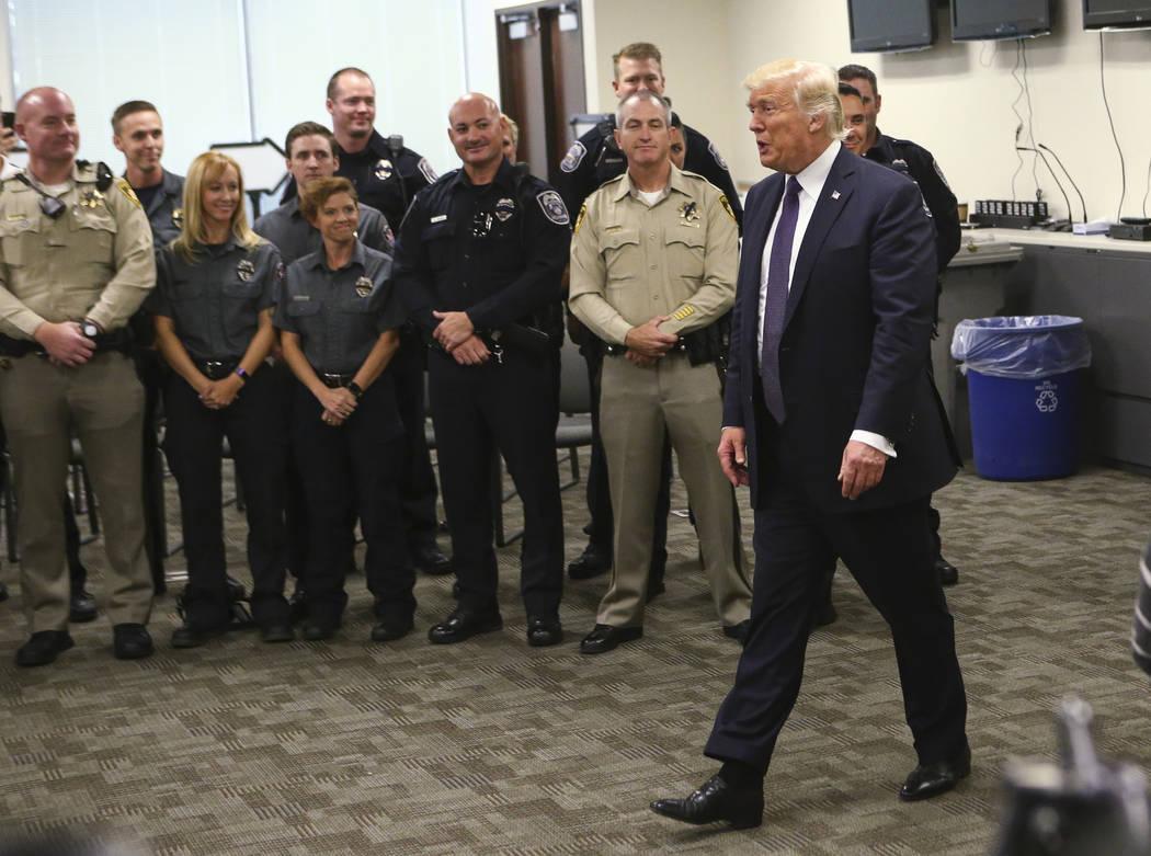 El presidente Donald Trump visita a los agentes del orden en la sede del Departamento de Policía Metropolitana en Las Vegas el miércoles 4 de octubre de 2017. Un hombre armado abrió fuego contr ...