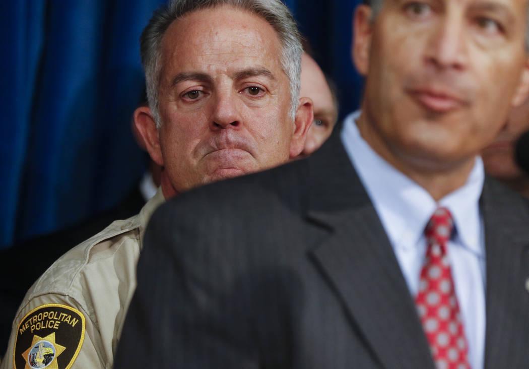 El alguacil del condado de Clark Joe Lombardo, a la izquierda, y escucha como gobernador Brian Sandoval habla en la sede del Departamento de Policía Metropolitana en Las Vegas el miércoles, 4 de ...