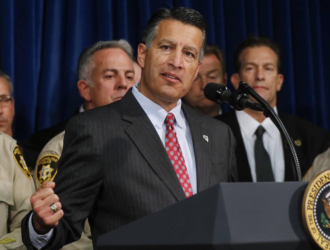 El gobernador Brian Sandoval habla en la sede del Departamento de Policía Metropolitana en Las Vegas el miércoles 4 de octubre de 2017. Un hombre armado abrió fuego contra los asistentes a un f ...