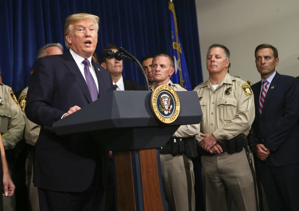 El presidente Donald Trump habla en la sede del Departamento de Policía Metropolitana en Las Vegas el miércoles 4 de octubre de 2017. Un hombre armado abrió fuego contra los asistentes a un fes ...