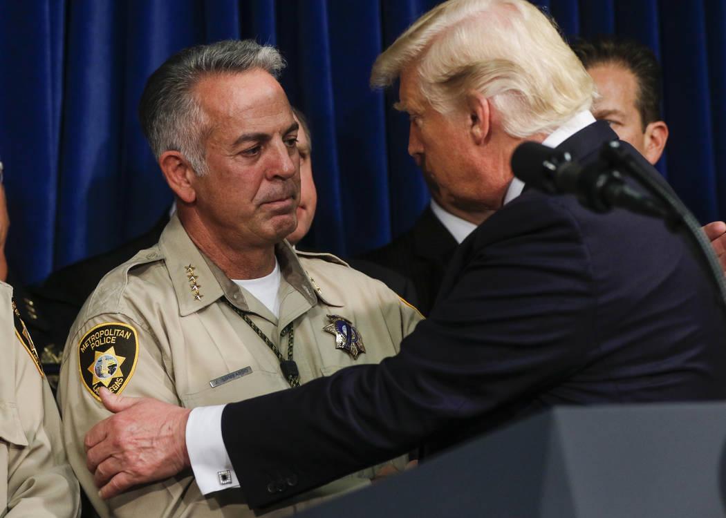 Joe Lombardo, del condado de Clark, y el presidente Donald Trump en el cuartel general del Departamento de Policía Metropolitana en Las Vegas el miércoles 4 de octubre de 2017. Un hombre armado  ...