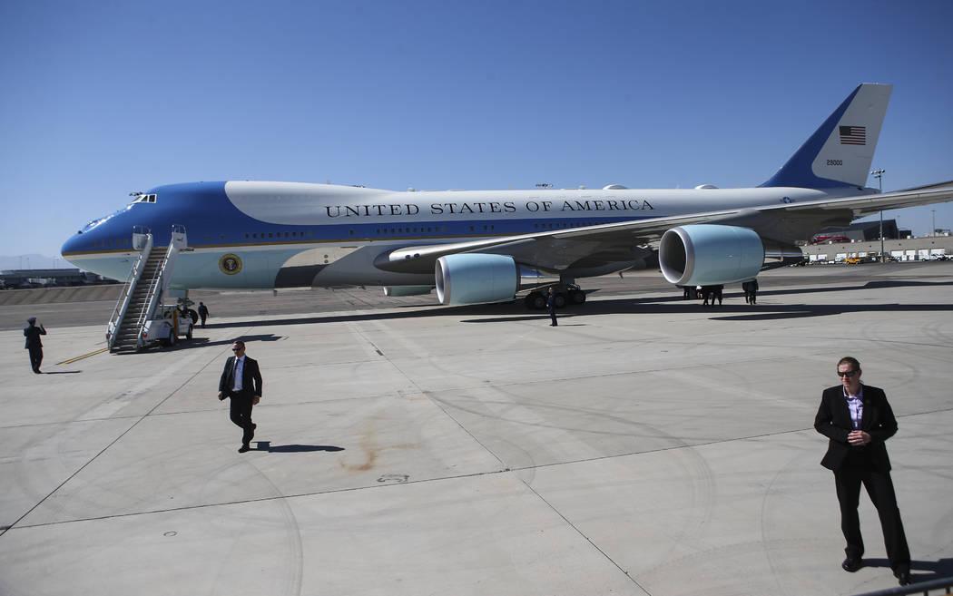 Air Force One se prepara para partir del aeropuerto internacional de McCarran después de que el presidente Donald Trump visitó a las víctimas y los socorristas en Las Vegas el miércoles, 4 de  ...