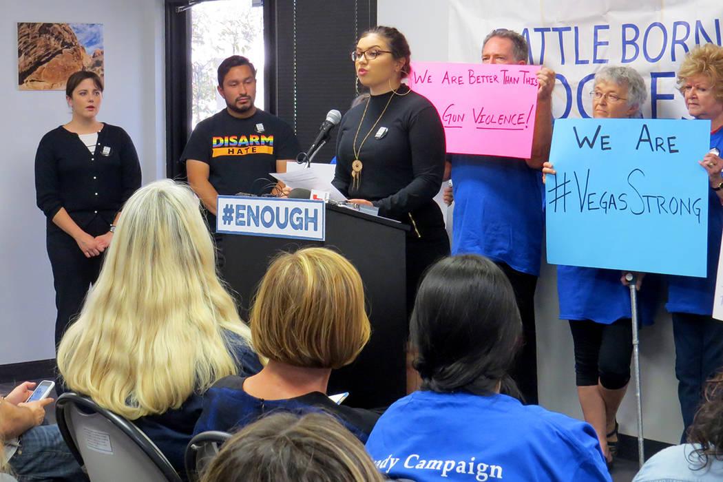 Organizaciones locales piden a los funcionarios públicos de ambos partidos trabajar para un mayor control de armas. Miércoles 4 de octubre en la oficina de Battle Born Progress. | Foto Anthony A ...