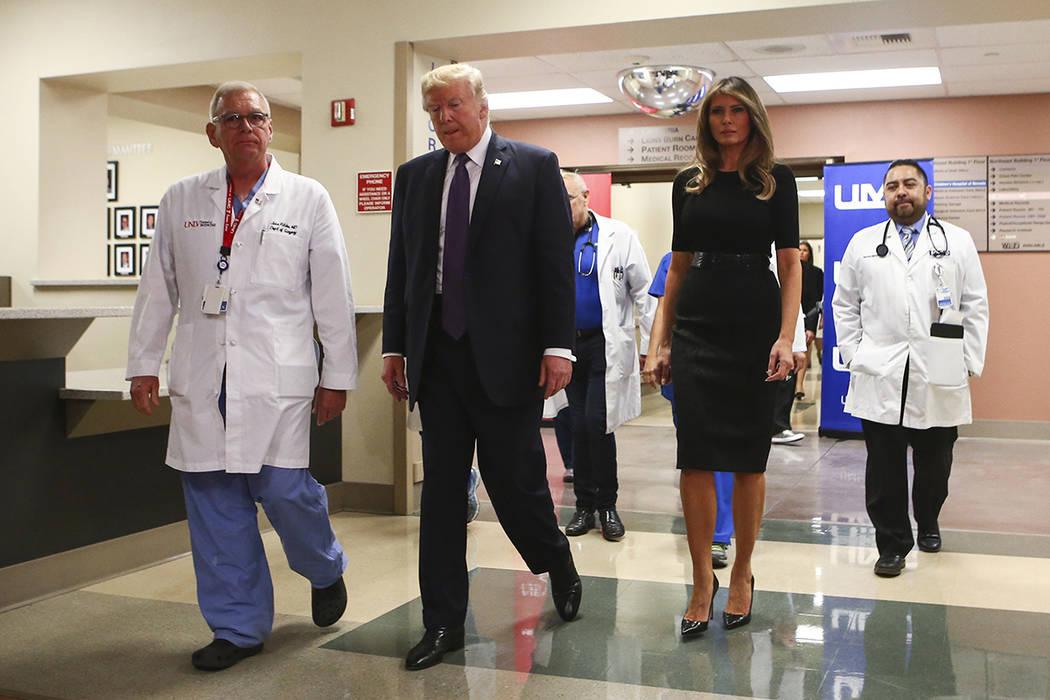 El presidente Donald Trump y la primera dama Melania Trump caminan junto al médico John Fildes, a la izquierda, después de visitar a las víctimas en el Centro Médico Universitario de Las Vegas ...