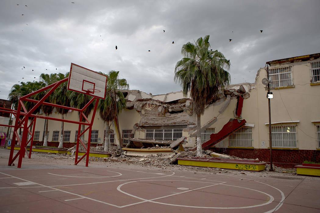 Una escuela fuertemente dañada en el terremoto de magnitud 8,1 del jueves, se observa en el centro de Juchitan, estado de Oaxaca, México, el domingo, 10 de septiembre de 2017. El gobierno de Mé ...