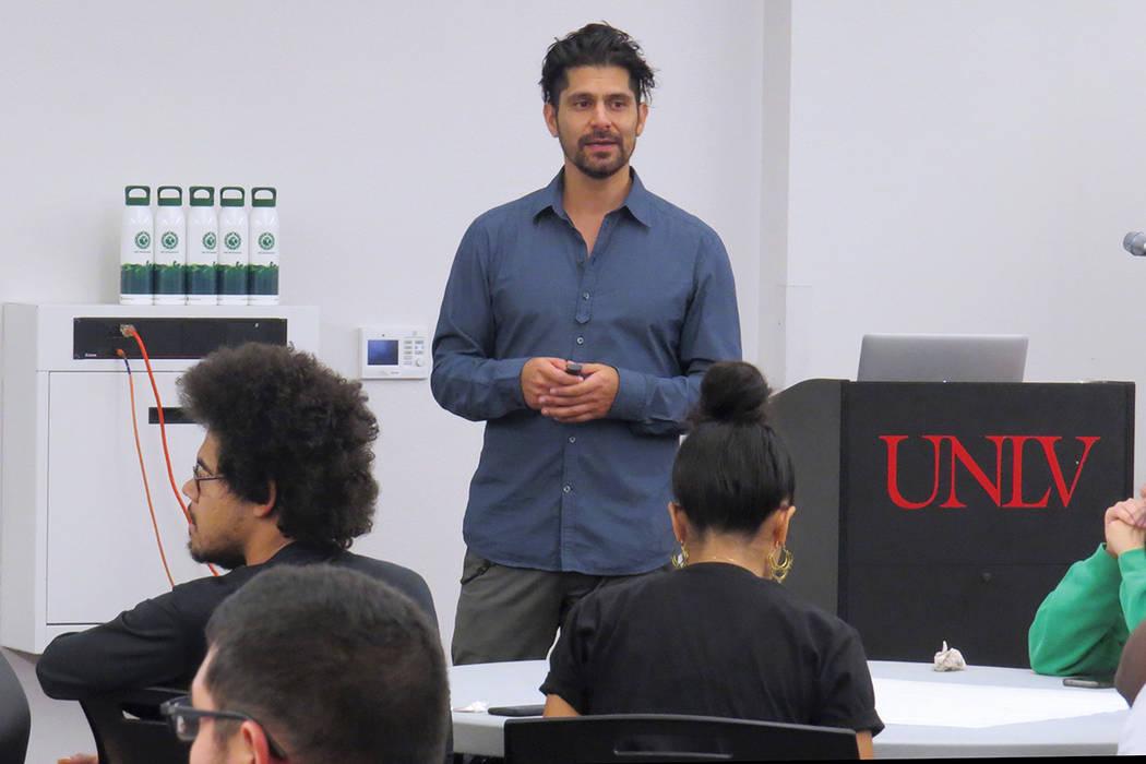 """""""Nosotros tenemos un poder grande en nuestras manos que nadie más tiene"""": Carlos Zigarra, director ejecutivo de Sachamama. Jueves 5 de octubre en UNLV. Foto El Tiempo."""