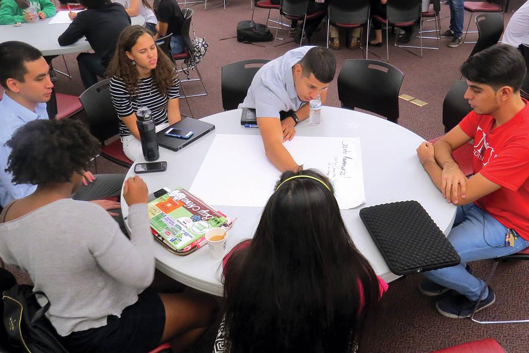 Los estudiantes crearon y expusieron ideas para preservar el medio ambiente. Jueves 5 de octubre en UNLV.   Foto Anthony Avellaneda / El Tiempo