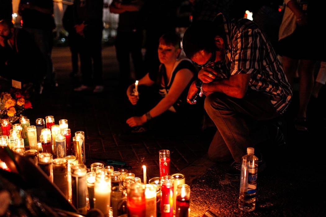 Bob Descena, de 59 años, se arrodilla en una vigilia en recuerdo de las víctimas de disparos masivos a lo largo de The Strip, cerca de Mandalay Bay, en Las Vegas, el jueves 5 de octubre de 2017. ...
