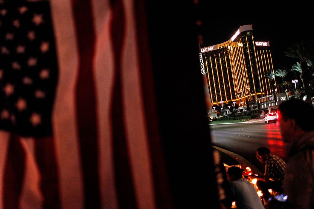 El Hotel y casino The Mandalay bay es visible frente a una vigilia en recuerdo de las víctimas de disparos masivos a lo largo de The Strip en Las Vegas, el jueves 5 de octubre de 2017. El tiroteo ...