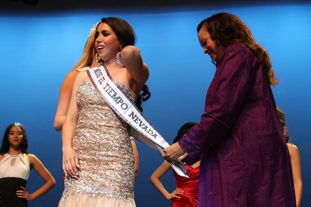 La banda de Miss El Tiempo fue colocada por su coach Millena Gay a la ganadora Diana Cervantes, el sábado 7 de octubre, 2017, en el Lowden Theater en Las Vegas. | Foto Cristian De la Rosa / El Ti ...