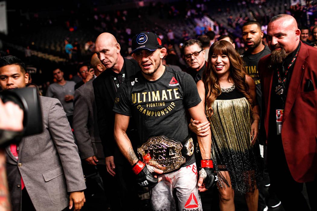 Tony Ferguson camina fuera del octágono después de derrotar a Kevin Lee por el campeonato de peso ligero intermedio UFC 216 en el T-Mobile Arena en Las Vegas, el sábado 7 de octubre de 2017. |  ...