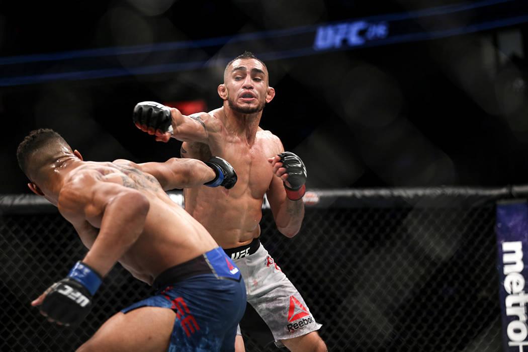 Kevin Lee, a la izquierda, es golpeado por Tony Ferguson, a la derecha, durante la pelea intermedia de campeonato de peso ligero UFC 216 en T-Mobile Arena en Las Vegas, el sábado 7 de octubre de  ...