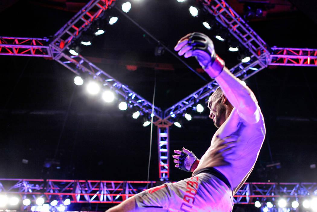 Tony Ferguson celebra después de derrotar a Kevin Lee por el campeonato de peso ligero provisional UFC 216 en el T-Mobile Arena en Las Vegas, el sábado 7 de octubre de 2017. Ferguson ganó por l ...
