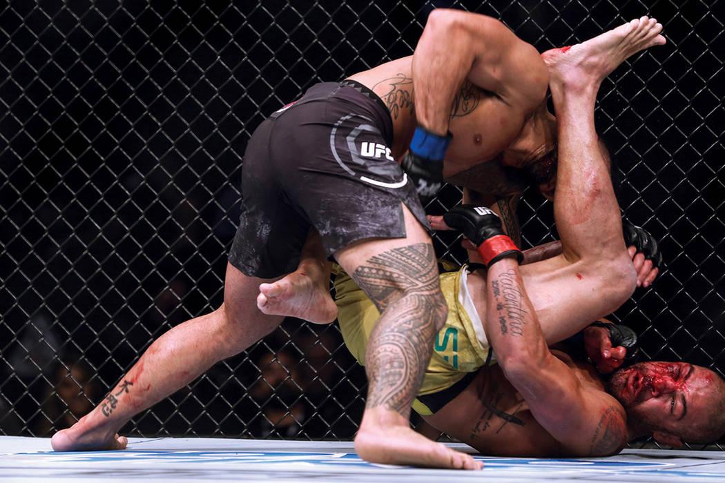 Brad Tavares, a la izquierda, golpea a Thales Leites, a la derecha, durante la tercera ronda de la pelea de peso mediano preliminar de UFC 216 en T-Mobile Arena. Sábado 7 de octubre de 2017. | Fo ...