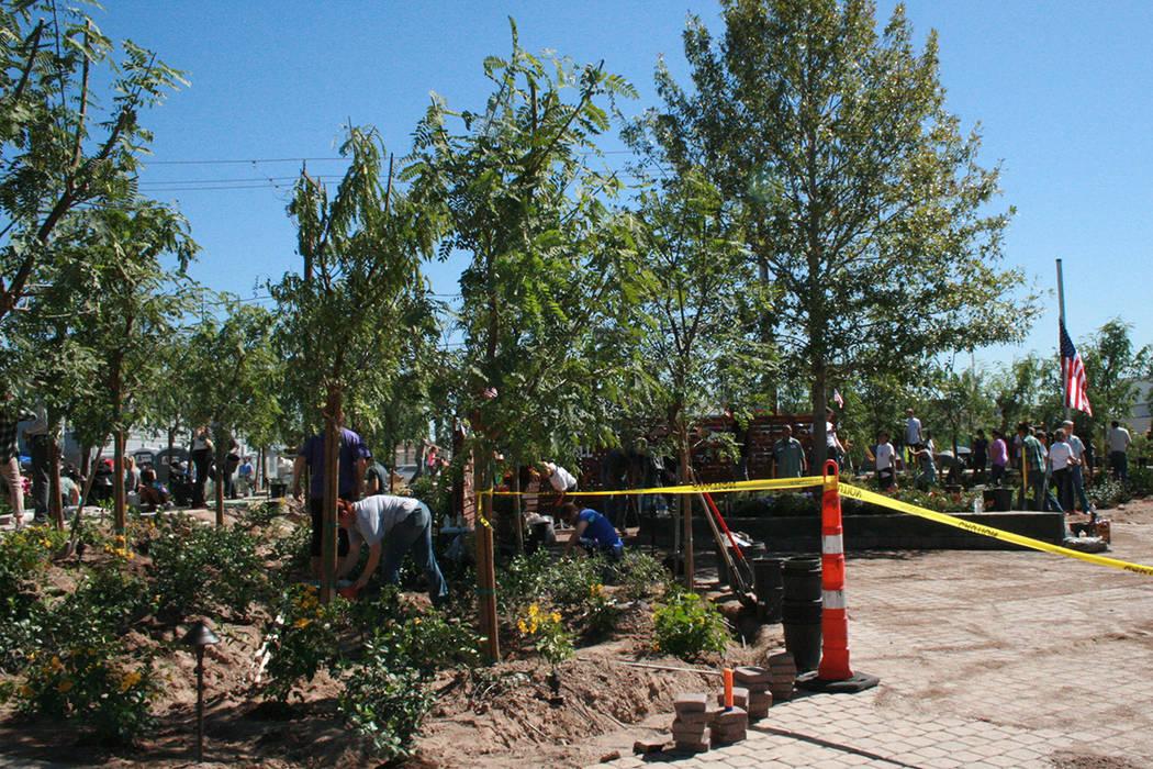 """""""El árbol de la vida"""", al centro, y otros más chicos representan a las 58 víctimas de la masacre ocurrida el primero de octubre. El """"Healing Garden"""" fue construido en 4 a 5 días con do ..."""