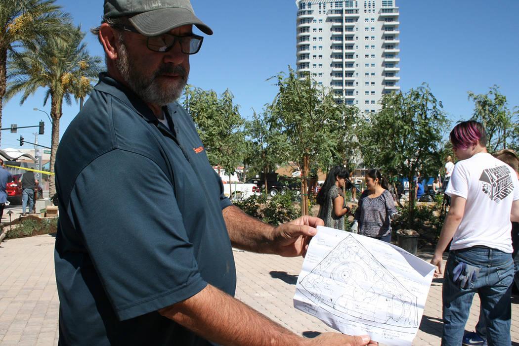 Mark Hamelmann, vicepresidente Sunworld, una de las compañías que donaron materiales y trabajo, muestra el viernes 6 de octubre el diseño del jardín construido. | Valdemar González / El Tiempo.