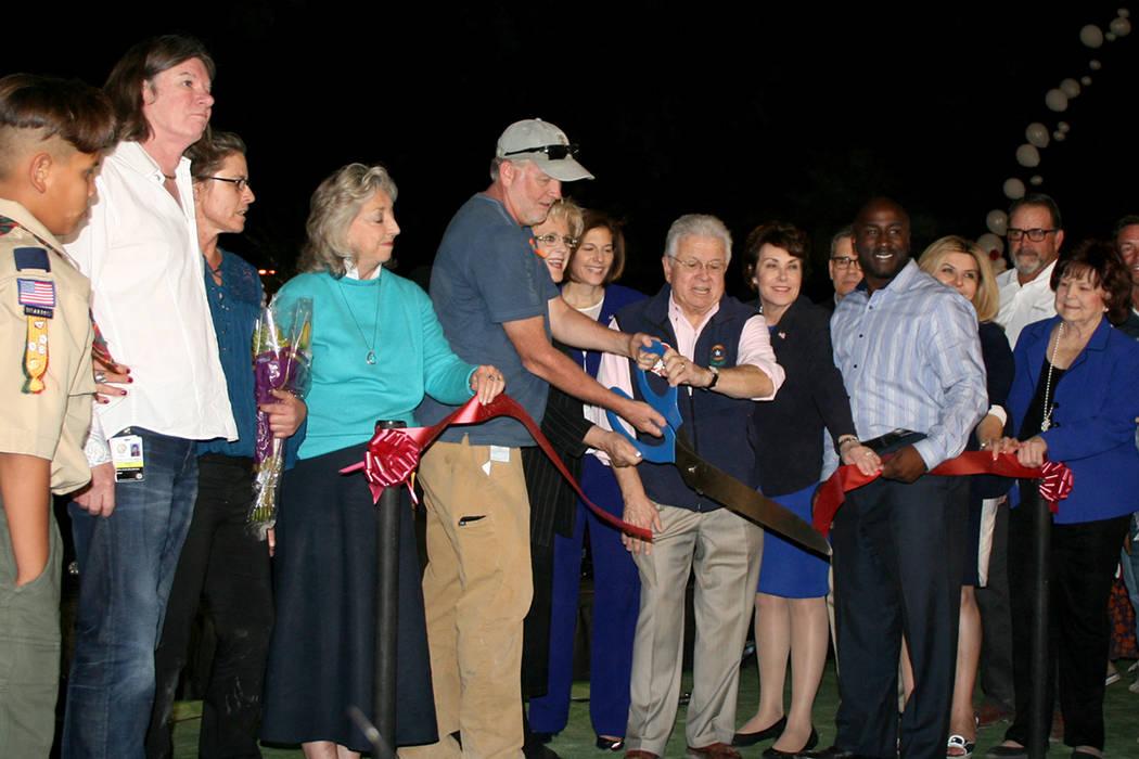 """La alcaldesa Goodman y el concejal Bob Coffin (al centro) cortan el listón inaugural del """"Healing Garden"""", el viernes 6 de octubre del 2017, acompañados de varios legisladores, funcionarios  ..."""