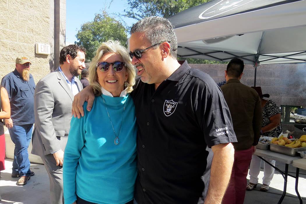 La congresista Dina Titus y el presidente de la Cámara de Comercio Latina de Las Vegas, Peter Guzmán, durante el evento. Viernes 6 de octubre en UMC. | Foto Anthony Avellaneda / El Tiempo.