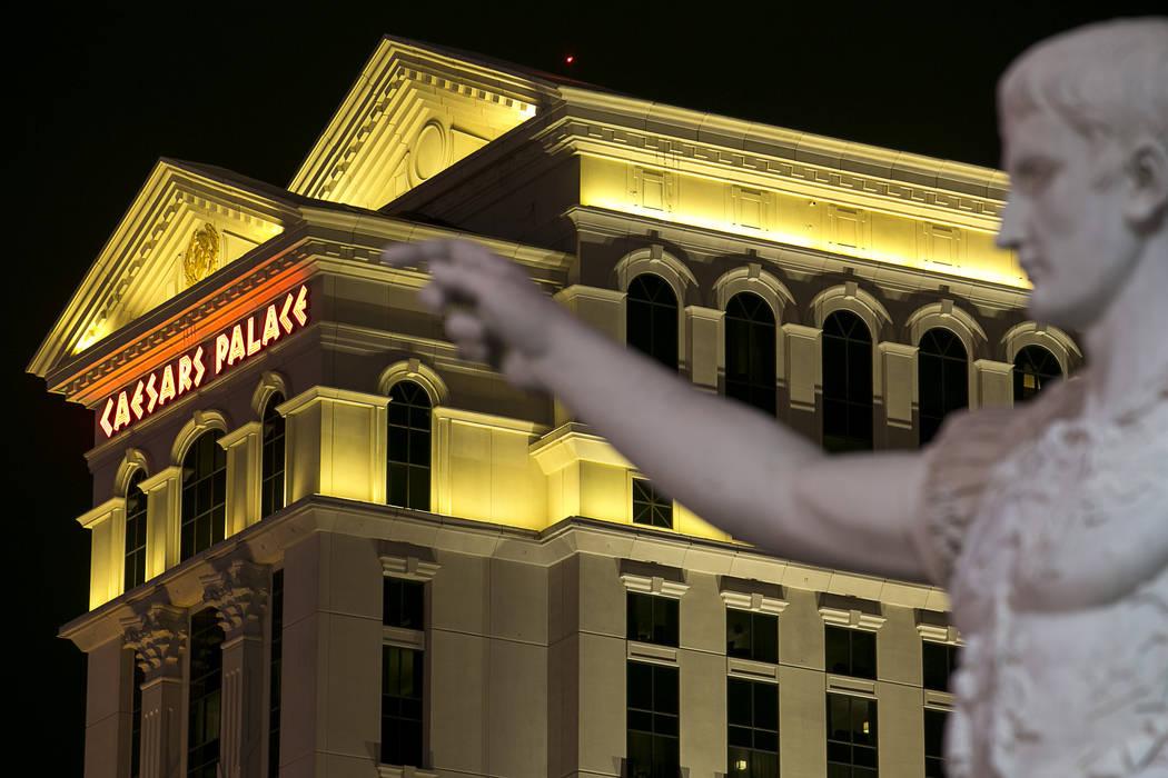Una réplica de mármol de Augustus de Prima Porta se encuentra en la entrada de Las Vegas Strip de Caesars Palace, el lunes 24 de julio de 2017. (Richard Brian / Las Vegas Review-Journal) @vegasp ...