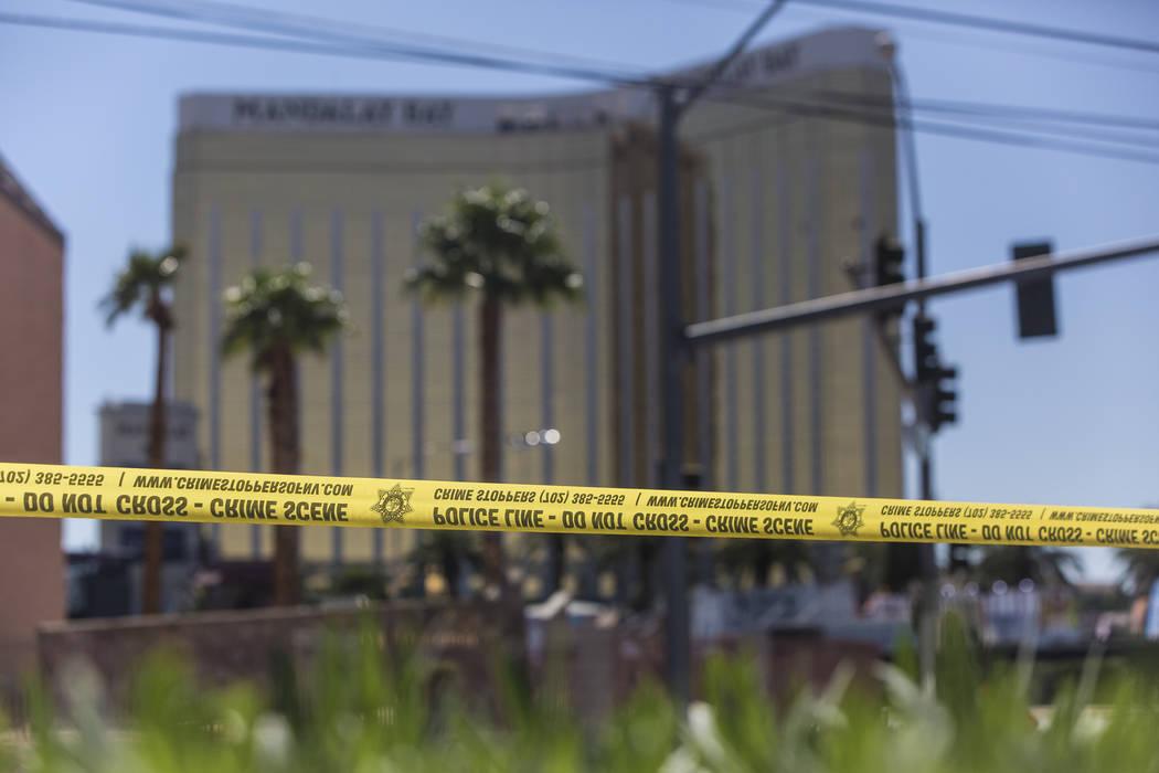 La cinta de la policía bloquea una sección de West Reno Avenue y Las Vegas Boulevard el lunes 2 de octubre de 2017, en las afueras del Mandalay Bay, en Las Vegas. (Benjamin Hager / Las Vegas Rev ...