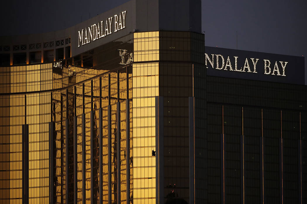 Las ventanas  rotas en el complejo y casino Mandalay Bay, el martes 3 de octubre de 2017, en Las Vegas. Las autoridades dijeron que Stephen Paddock rompió las ventanas y comenzó a disparar con u ...