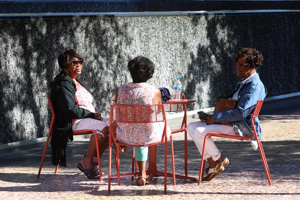 Priscilla Howell, centro, Betty Jackson, derecha y una mujer, izquierda, quien se negó a dar su nombre, todas de Atlanta, se relajan en el Parque cerca de T-Mobile Arena el jueves, 28 de septiemb ...