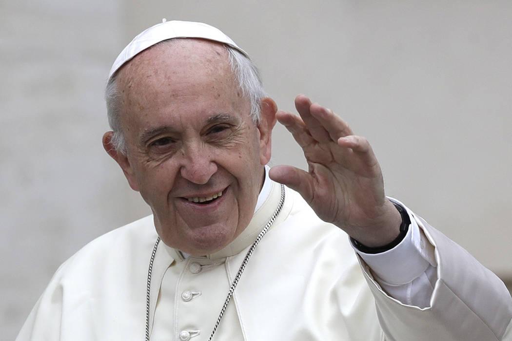 El Papa Francisco llega a la Plaza de San Pedro en el Vaticano, para su audiencia general semanal el miércoles, 18 de octubre de 2017. | Foto AP / Alessandra Tarantino.
