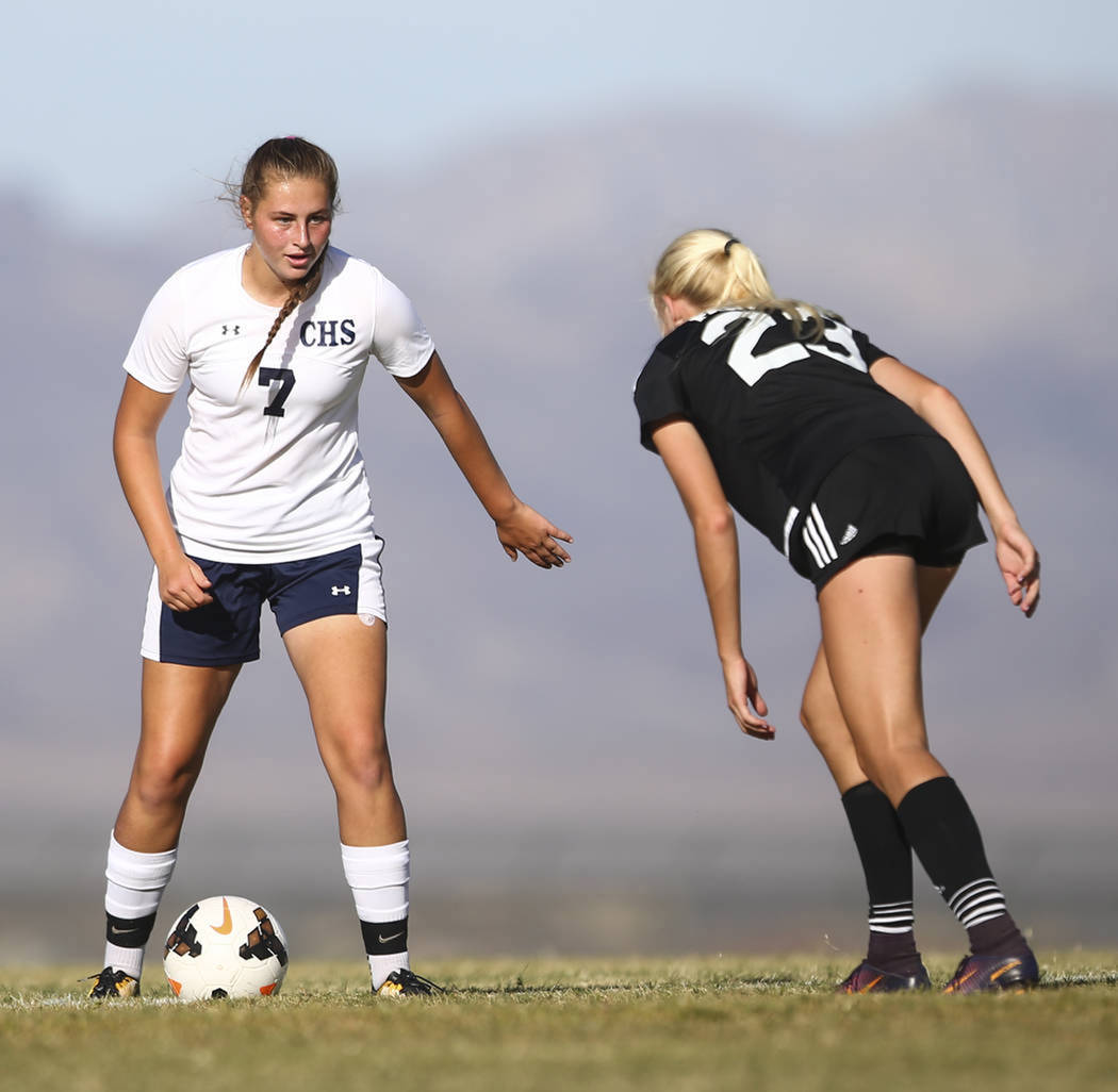 Marcella Brooks (7) de Centennial High School busca superar a Kate Fann (23) de Palo Verde High School durante un partido de fútbol en Centennial High School en Las Vegas el martes 19 de septiemb ...