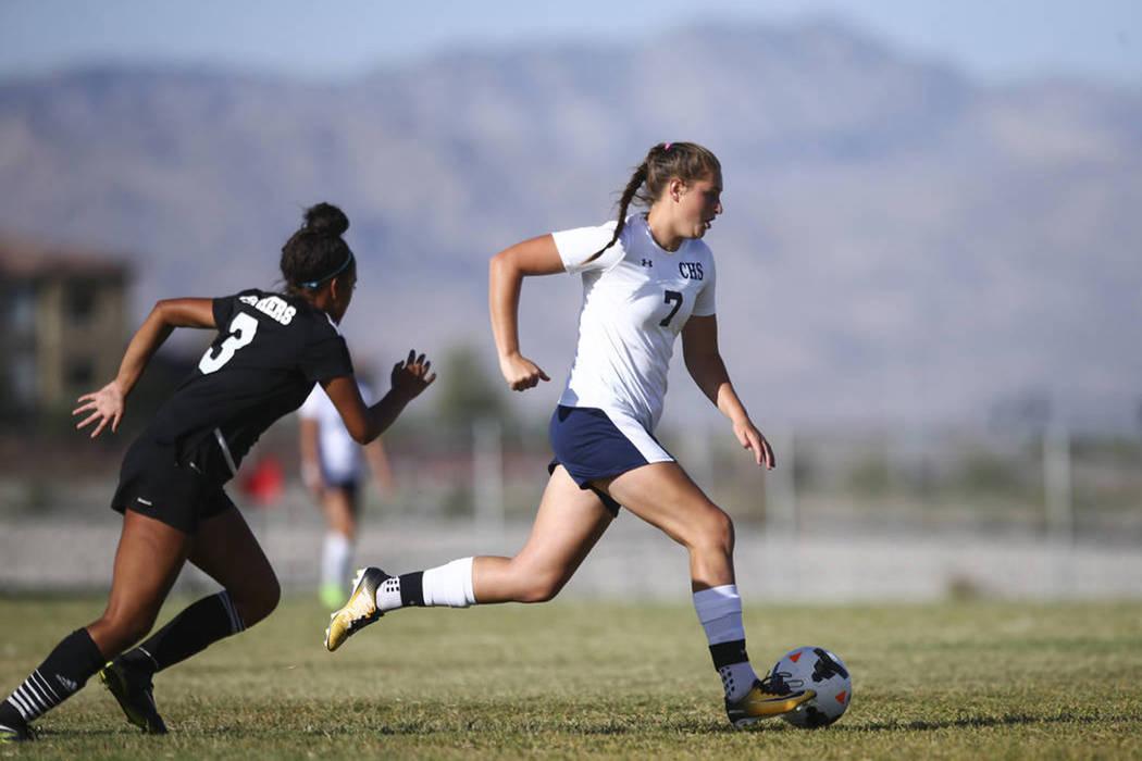 Marcella Brooks (7) de Centennial High School, pasa con el balón a Adrianna Serna (3) de Palo Verde High School durante un partido de fútbol en Centennial High School en Las Vegas el martes 19 d ...
