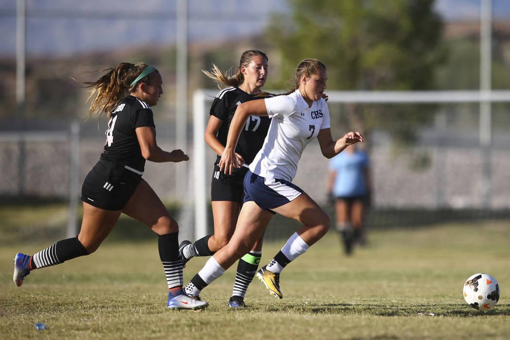 Marcella Brooks (7) de Centennial High School, pasa con el balón durante un partido de fútbol en Centennial High School en Las Vegas el martes 19 de septiembre de 2017. Chase Stevens Las Vegas R ...