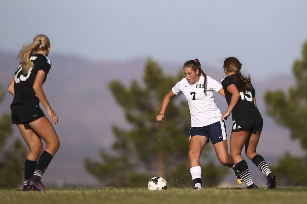 Marcella Brooks (7) de Centennial High School, busca desplazarse por los defensores de Palo Verde durante un partido de fútbol en Centennial High School en Las Vegas el martes 19 de septiembre de ...