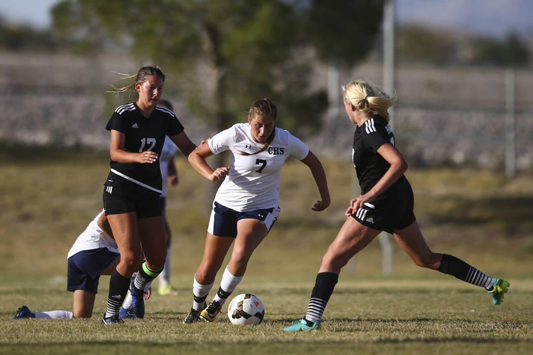 Marcella Brooks (7) de Centennial High School busca pasar a Carlee Giammona de Palo Verde High School, a la derecha, durante un partido de fútbol en Centennial High School en Las Vegas el martes  ...
