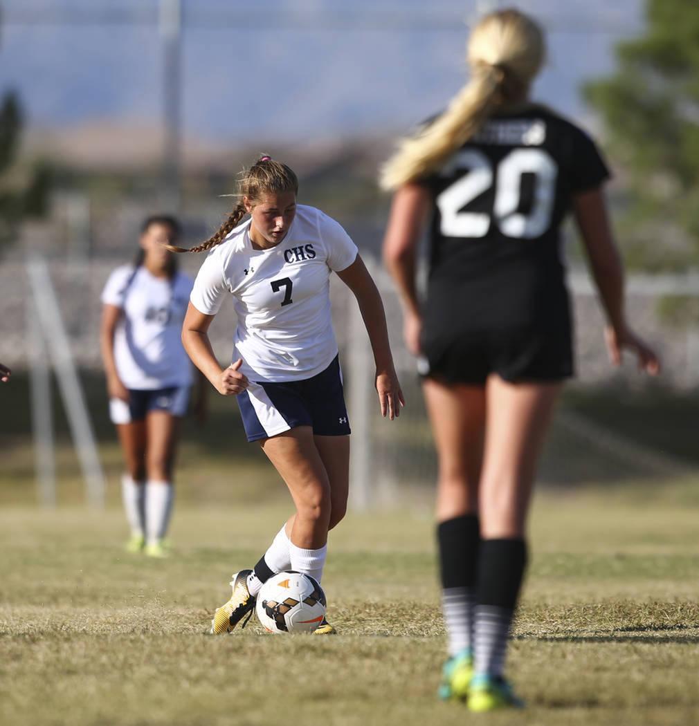 Marcella Brooks (7) de Centennial High School, mueve el balón contra Palo Verde High School durante un partido de fútbol en Centennial High School en Las Vegas el martes, 19 de septiembre de 201 ...