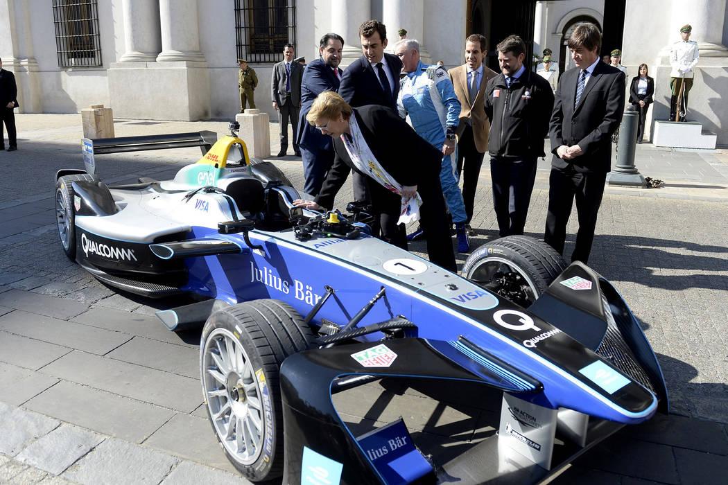 La mandataria chilena Michelle Bachelet dio este jueves la bienvenida oficial al campeonato Santiago E-Prix 2018, en un acto realizado frente al Palacio de La Moneda, junto a los ministros de Ener ...