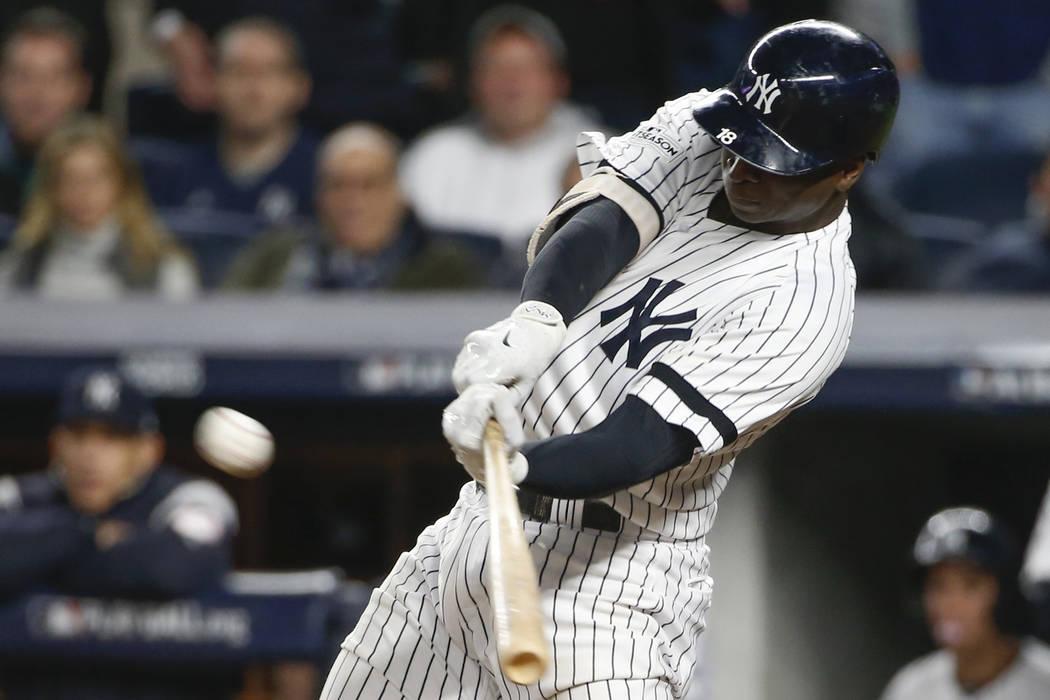 New York Yankees 'Didi Gregorius marca un triple durante la séptima entrada del Juego 4 de la Serie de Campeonato de la Liga Americana de béisbol contra los Astros de Houston el martes 17 de oct ...