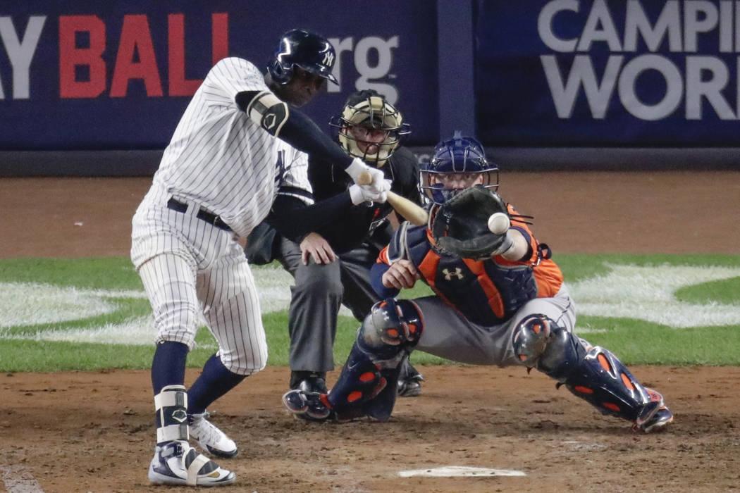 Didi Gregorius de los New York Yankees golpea un sencillo impulsado durante la quinta entrada del Juego 5 de la Serie de Campeonato de la Liga Americana de béisbol contra los Astros de Houston el ...