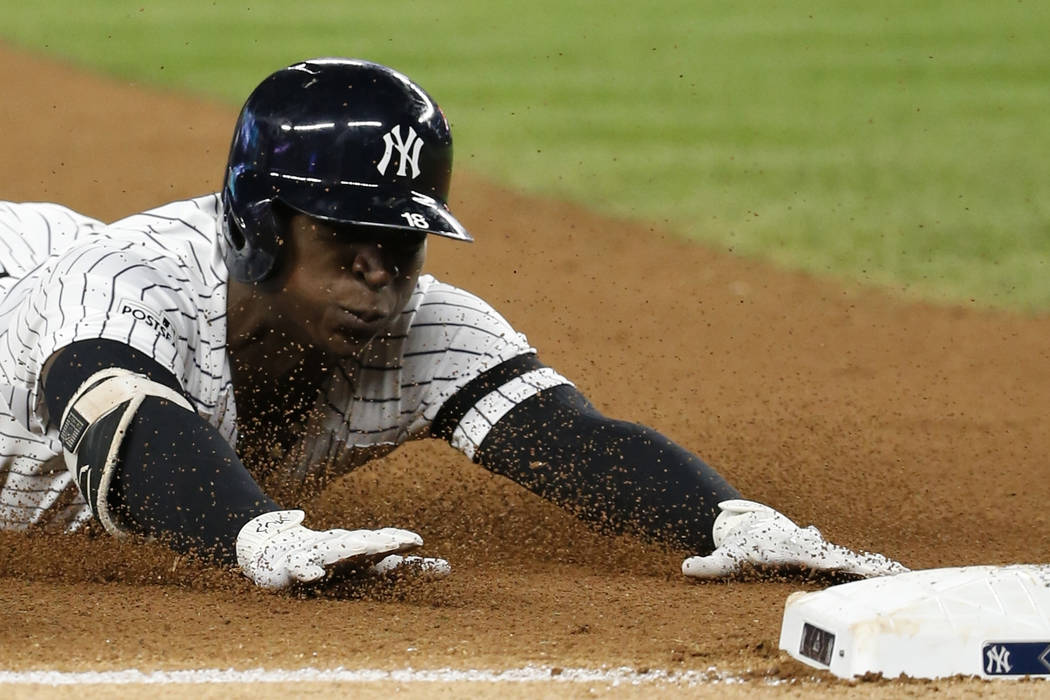 New York Yankees 'Didi Gregorius se desliza en tercer lugar con un triple durante la séptima entrada del Juego 4 de la Serie de Campeonato de la Liga Americana de béisbol contra los Astros de Ho ...