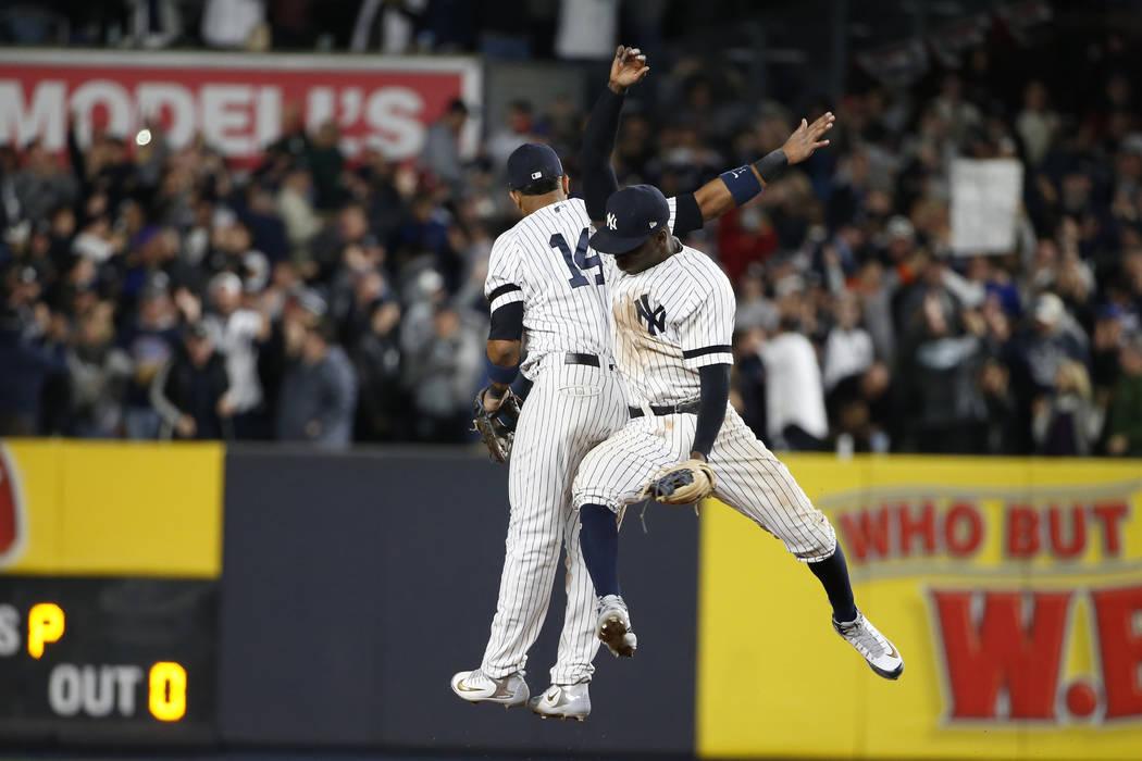 Los New York Yankees Starlin Castro y Didi Gregorius celebran después del Juego 4 de la Serie de Campeonato de la Liga Americana de béisbol contra los Astros de Houston el martes 17 de octubre d ...