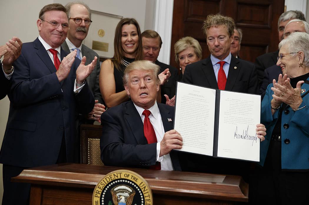 El presidente Donald Trump firma una orden ejecutiva sobre asistencia médica en la Sala Roosevelt de la Casa Blanca, el jueves 12 de octubre de 2017, en Washington. | Foto AP / Evan Vucci.