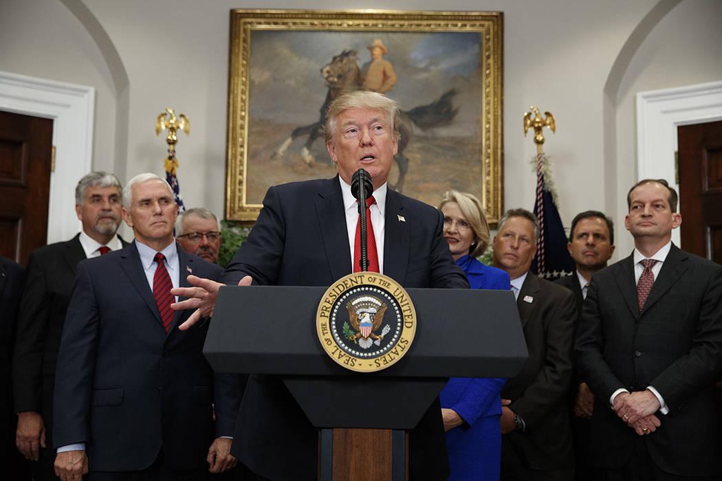 El presidente Donald Trump habla antes de firmar una orden ejecutiva sobre atención médica en la Sala Roosevelt de la Casa Blanca, el jueves 12 de octubre de 2017, en Washington. | Foto AP / Eva ...