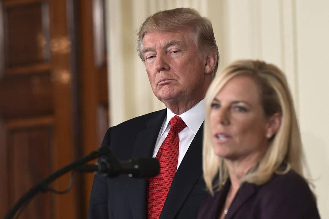 El presidente Donald Trump, a la izquierda, escucha que Kirstjen Nielsen, derecha, experta en ciberseguridad y subjefe del gabinete de la Casa Blanca, habla en la Sala Este de la Casa Blanca en Wa ...