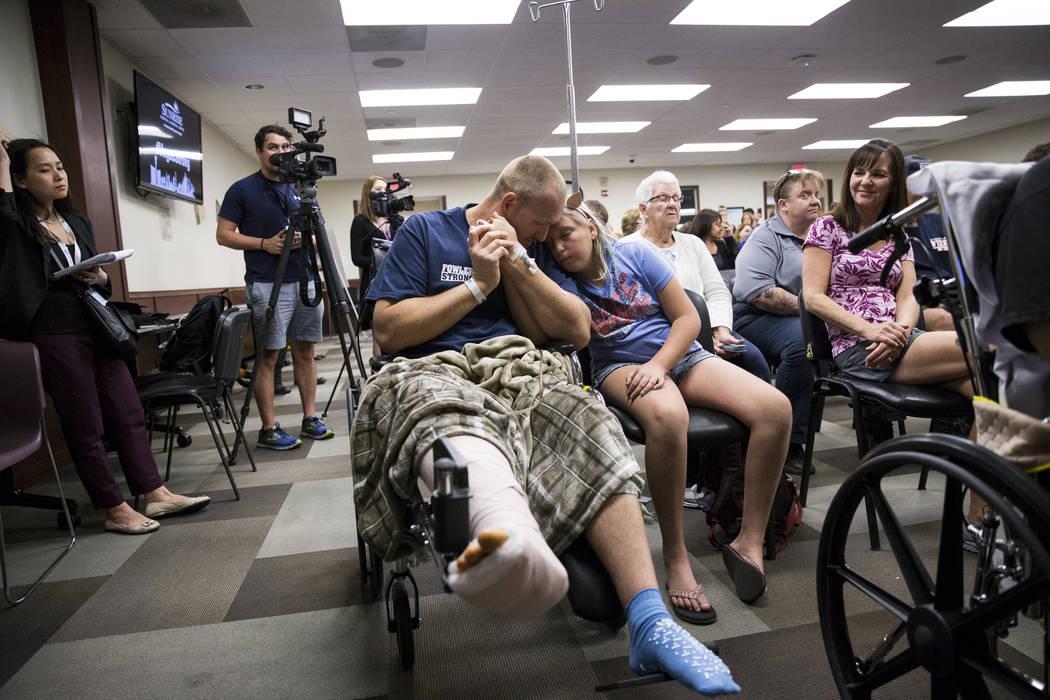 Kurt Fowler con su hija Timori, de 10 años, de la ciudad de Lake Havasu, Arizona, en Sunrise Hospital durante un concierto de música para pacientes y personal en el auditorio del hospital en Las ...