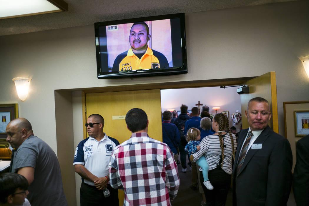 Amigos y familiares, incluido el supervisor y amigo Gus A. Vega, segundo de la izquierda, llegan a un funeral por Erick Silva en Davis Funeral Home en Las Vegas el miércoles 11 de octubre de 2017 ...