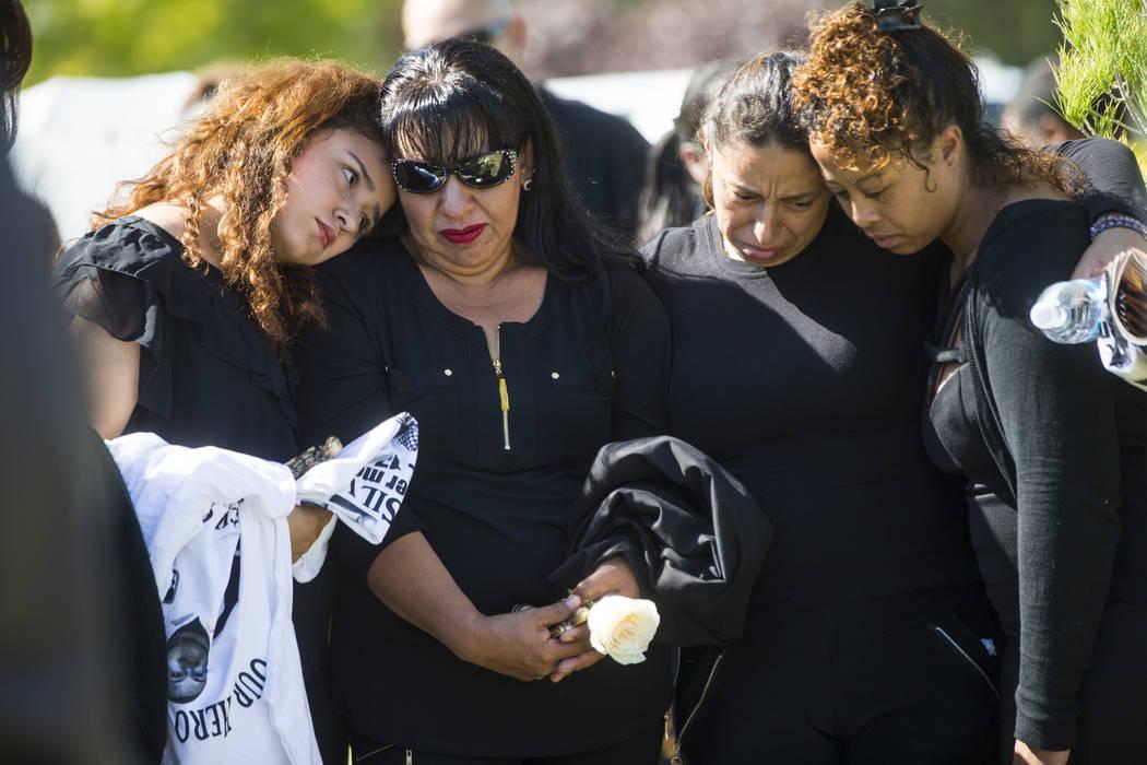 Chantal Sosa, de 16 años, a la izquierda, consuela a su madre Angelica Cervantes durante los servicios funerarios para Erick Silva en Davis Funeral Home & Memorial Park en Las Vegas el jueves ...