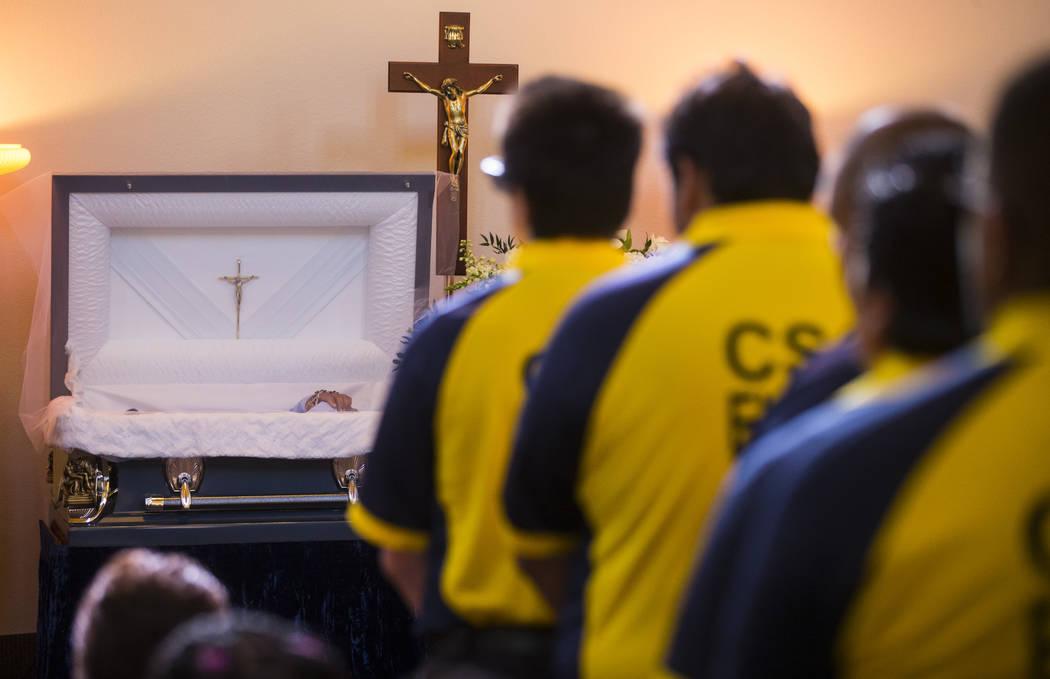 Los empleados de Contemporary Services Corporation, muchos de los cuales trabajaron con Erick Silva, llenan los pasillos durante los servicios funerarios de Silva en Davis Funeral Home & Memor ...
